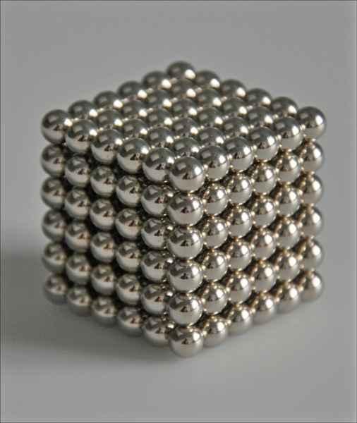 Magnet-Würfel. Puzzle mit 216 Neodym-Magnetkugeln